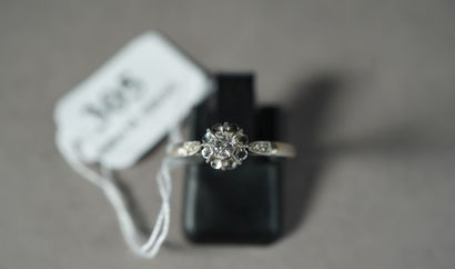 305- Bague en platine sertie d'un diamant...