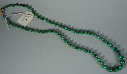 5- Sautoir en malachite  Longueur : 73 cm