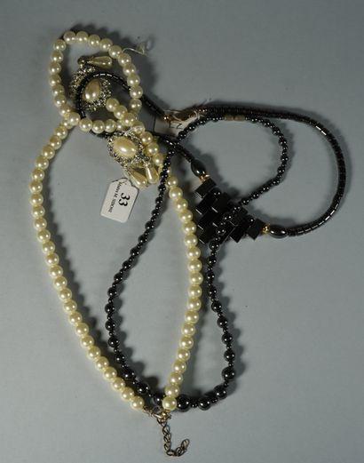 33- Parure en perles fantaisie et deux colliers...