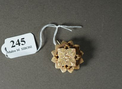 245- Broche en or sertie de cinq perles  Pds...