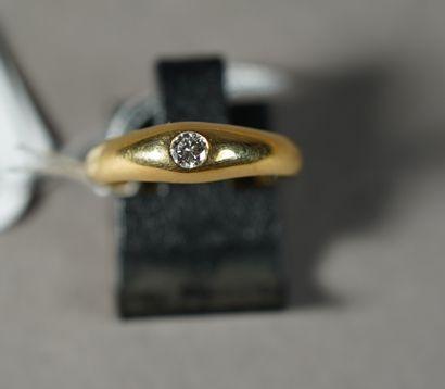 301- Bague en or jaune sertie d'un diamant...