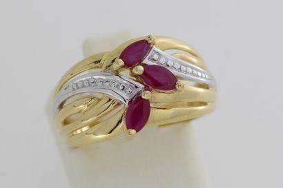 135- Bague en or ornée de trois rubis navettes...