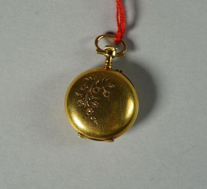 47- Montre de col en or sertie de petites...