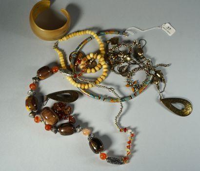 37- Lot de bijoux fantaisie : colliers, boucles...