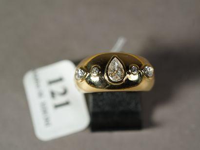 121- Bague jonc en or jaune ornée d'un diamant...