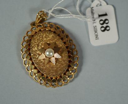188- Médaillon en or jaune serti d'une perle,...