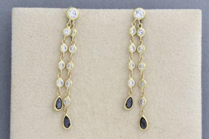 251- Paire de boucles d'oreilles en or ornées...