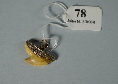 78- Pendentif ''Dent de requin''  Monture...