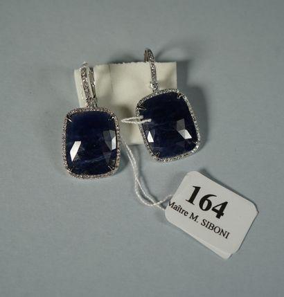 164- Pendants d'oreilles en or gris sertis...