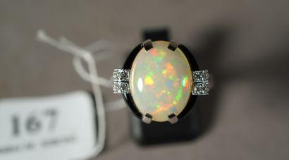 167- Bague en or gris ornée d'une opale (env....