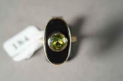 184- Bague en or jaune à motif ovale en onyx...
