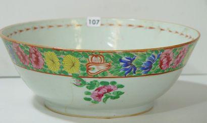 Grand bol en porcelaine. Compagnie des Indes...