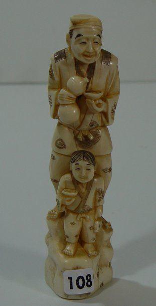 Okimono en ivoire Buveur d'eau et enfant...