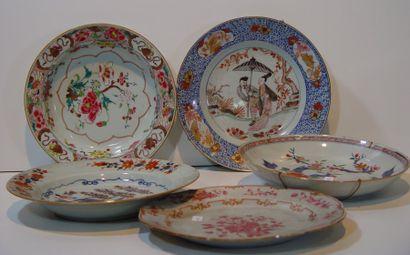 Cinq assiettes en porcelaine d'Extrême-Orient...