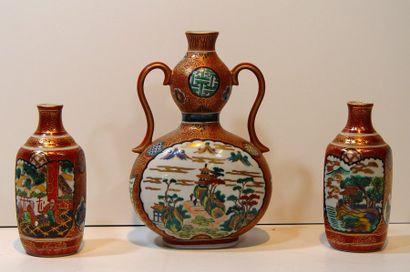 Garniture de trois vases en porcelaine d...