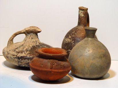 Quatre vases en terre cuite antique (accidents...