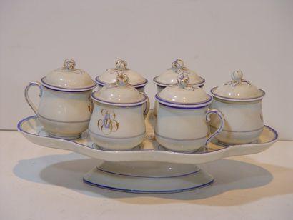 Six pots à crème en porcelaine et leur p...