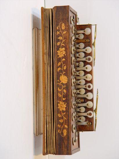Petit accordéon, décor marqueterie florale...