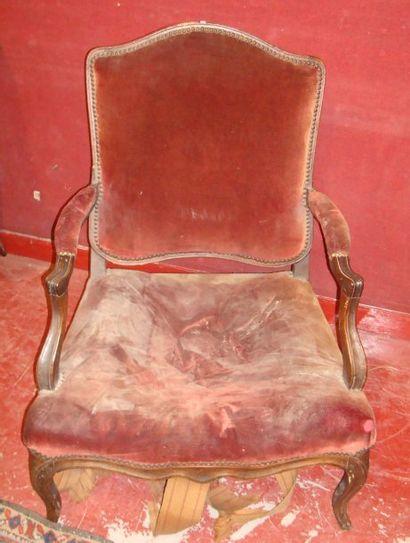 Deux fauteuils en bois mouluré. Style Louis...