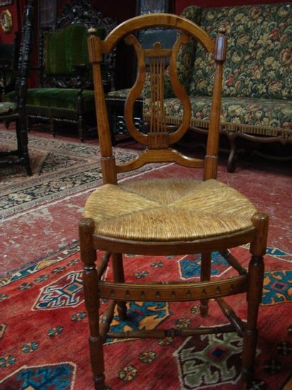 Série de quatre chaises paillées en bois...