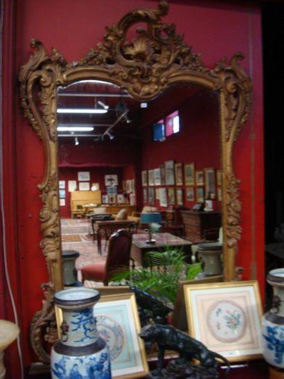 Grand miroir en stuc doré. Style Louis XV....
