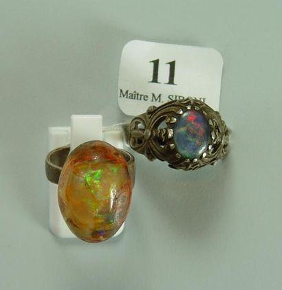 Deux bagues serties d'opales Poids brut:...