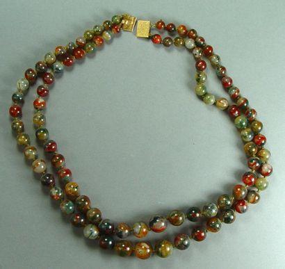 Collier deux rangs de perles de pierres dures...