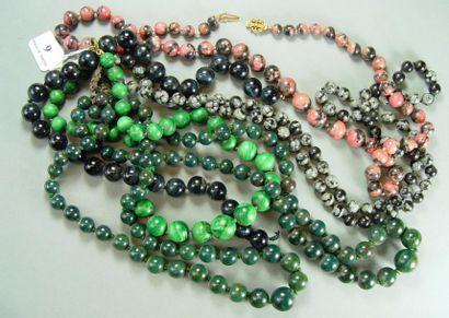 Cinq colliers de perles de pierres dures...