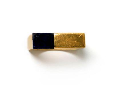 Bague moderniste en métal doré de forme carré...