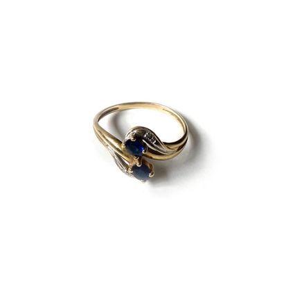 *Lot comprenant: un bracelet articulé en or jaune 750 millièmes orné de cinq cabochons...