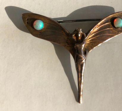 Broche en vermeil en forme de femme papillon. Les deux ailes sont ornées de deux...