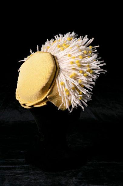 Original petit chapeau en ottoman jaune garni...