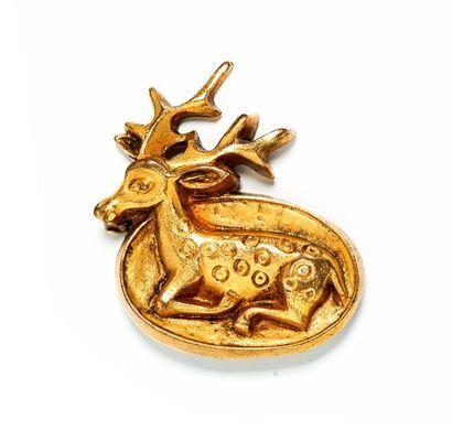 Broche en métal doré représentant un cerf...