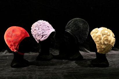 Amusant lot de quatre bonnets de bain en...