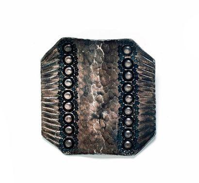 Broche en métal argenté martelé signée «...