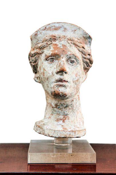 Tête votive féminine en terre cuite et reste...
