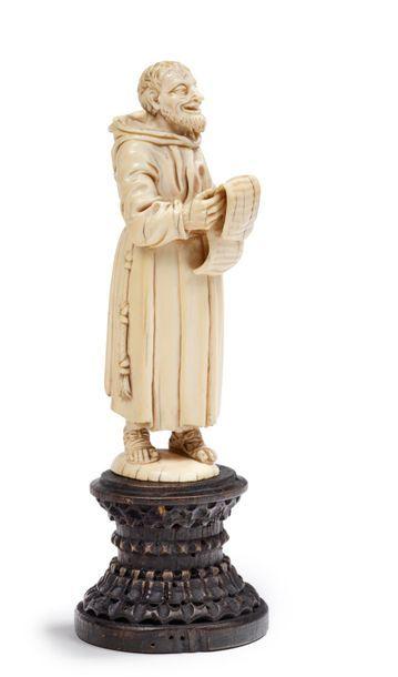 *Moine lisant un texte Sujet en ivoire sculpté....