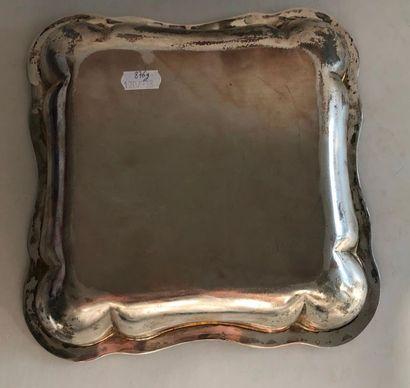 Plat carré en argent poinçon minerve à décor de frise feuillagée. Poids: 876 g ...