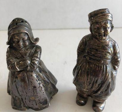 Paire de salerons en argent représentant un couple de hollandais. Poids brut: 1...