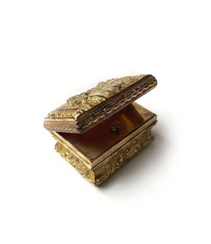 Lot comprenant: une petite boite rectangulaire...