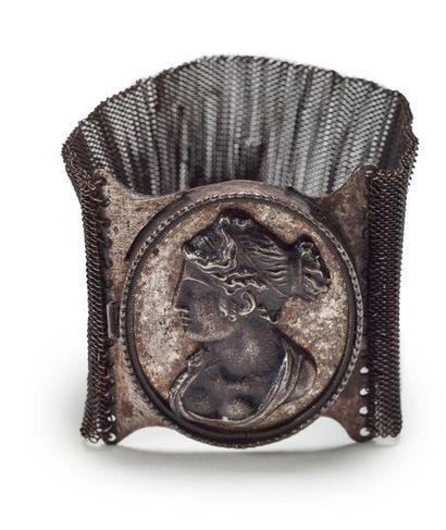 Bracelet en métal ajouré en acier de Berlin...