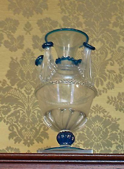 Tulipière en verre clair souligné de bleu...
