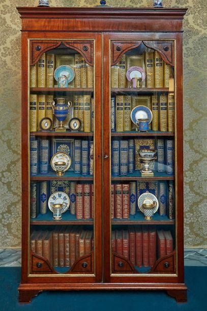 Bibliothèque en bois clair incrusté de filets...