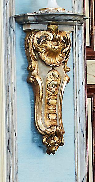 Paire de consoles murales en bois sculpté...