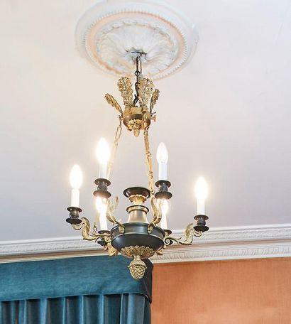 Suspension en forme de lampe antique en bronze...