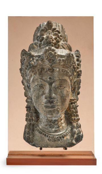 CAMBODGE Tête de divinité féminine, les cheveux remontés en chignon orné d'un diadème...