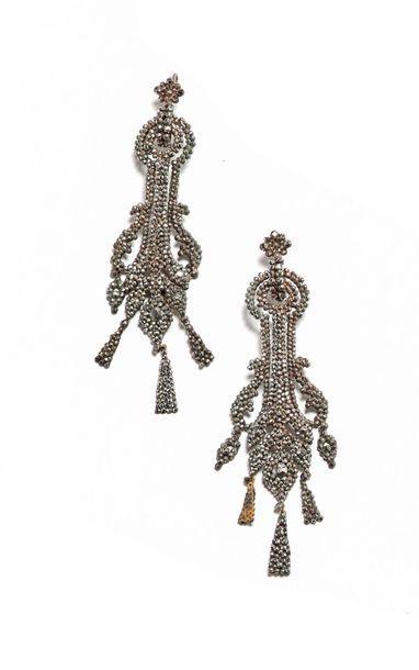 Paire de grands pendants d'oreilles en marcassite...