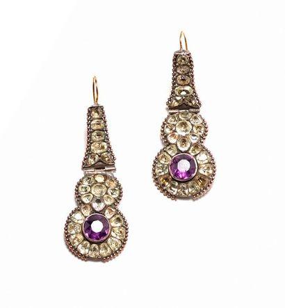 Paire de pendants d'oreilles en or et argents...