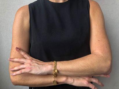 Bracelet articulé en or jaune 750 millièmes, les maillons entrelacés retenant une...