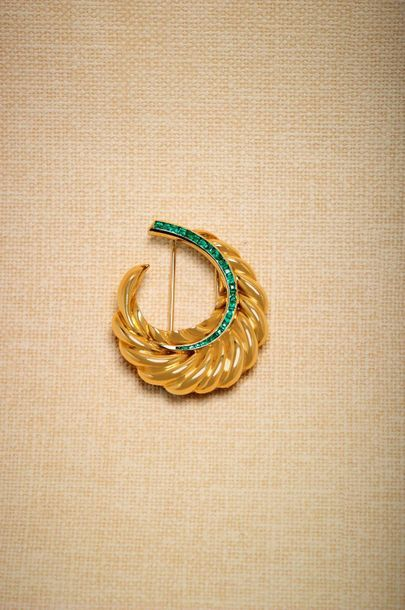 SUZANNE BELPERRON Engraved 750-thousandths yellow gold lapel clip featuring a stylised...